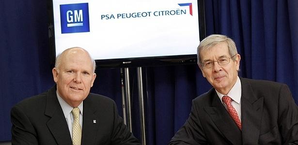 Dan Akerson (GM) e Philippe Varin (PSA) posam em Nova York, onde fecharam o acordo - EFE