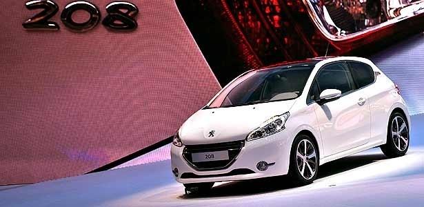 Peugeot 208 surge no estande da marca em Genebra, nesta terça (6): quanta diferença! - Divulgação